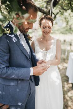 Freie Trauung eines Brautpaars im Kornfeld