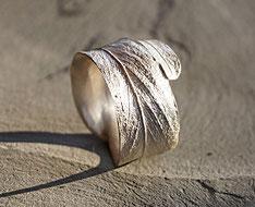 großer Silberring mit Blattmotiv