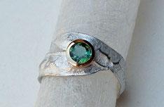 schöner Ring mit Goldfassung und grünem Turmalin
