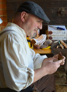 Der Deutsche Pfeifenmacher Jürgen Bibi Bischoff in der Werkstatt beim bauen einer Pfeife.