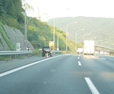 高速道路ではガードレールの外に避難を