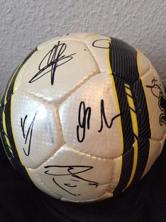 VfB-Ball mit Original-Unterschriften der Spieler des VfB Stuttgart.