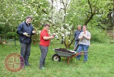 Foto: (lokalkompass.de) (v.l.) Christian Lynen, Carola De Marco, Andre Torkuhl und Regine Siegert bei der Arbeit im NABU-Garten.