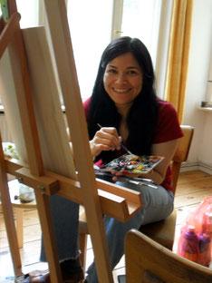 """Die bildende Künstlerin, Jennifer Jennsel, bei der Arbeit in ihrem Atelier """"Corazón Verde"""" in Berlin-Neukölln"""