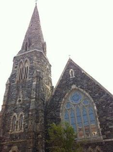 泊めてもらった寮の目の前にある教会。ステンドグラスがとてもきれい