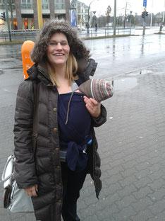 Iris Steger mit Baby im Tragetuch in Berlin Tegel