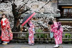 Donne indossano il tipico Kimono