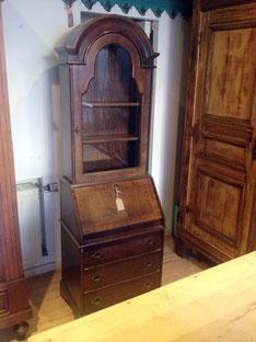 Auf dem Bild ist ein gebrauchter Sekretär mit einem Vitrinen Aufbau zu sehen, der von Nouvelle-Antique aus Aachen verkauft wird.
