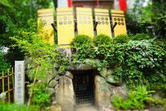 左)抜け穴と銅像 上)真田の抜け穴は普段は施錠されている