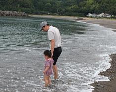久礼の海岸で水遊び