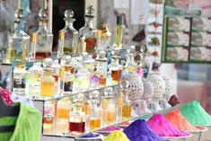 multitude de flacons de parfums de toutes les couleurs