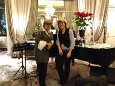 Mützentausch mit Kholoud im Café des Phoenicia Hotels.