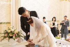 結婚証明書にサイン(法的効果なし)