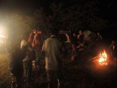 キャンプファイヤーでは2人のシンガーソングライター、米人とじょんさんが盛り上げてくれます