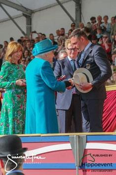 Queen Elisabeth II gratuliert in Windsor Sandro Koalick zu seinem Sieg. Foto: hippoevent.atSwingletree Photography GBR