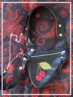 revolverbag aus schwarzem Leder mit aufgenähter Kirsche