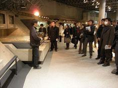 大牟田市石炭産業科学館で学校の先生方を案内している様子