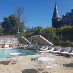Swimming pool and loungers at Château Belle Epoque, Linxe (40)