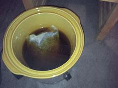 お鍋の中。たっぷりと入った漢方生薬を煮出します☆