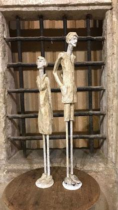 sculpture d'un homme et d'une femme en mousse expansée
