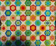 Dresdenflowergarden + Kaleidoskopblock + Quadrate. In klein wäre es ein Lieselprojekt. Ca. 220 cm x 180 cm. Die Quadrate haben jetzt eine Kantenlänge von 5 1/2 Inch.