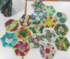 Millefiore Hexagons von Doris. Kantenlänge 3 Inch. Die Farben sind hier auf dem Foto sehr blass.