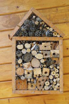 ein ganzes Insektenhotel im Bienengarten