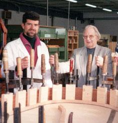 Con Klaus Fenner - incollaggio manuale tavola armonica sperimentale