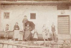 Familie Kantner vor dem Haus im Jahr 1894
