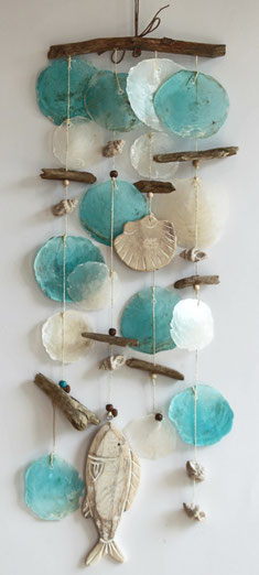 Windspiel mit Fischen und Muscheln  in türkis und hellbraun.