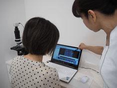 顕微鏡検査の説明風景の写真