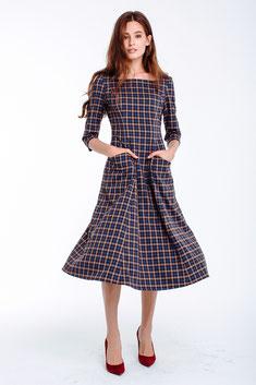 Talliertes Kleid mit Ärmeln und ausgestelltem Rockteil, Länge über die Knie, kariert