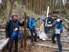 登山道整備用の資材を運ぶスタッフ