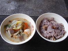 あつあつの豚汁と炊き込みご飯       ※具材は下見用です。