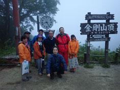 山頂で記念写真「次回は必ず......!」