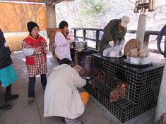 寒風の中、豚汁の準備をするスタッフ