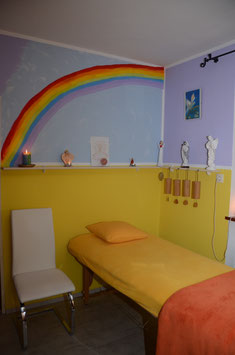 Therapie Raum mit Regenbogen über der Therapieliege, Koschi Klängen und Symbole