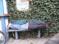 Planking auf der Herzchenbank