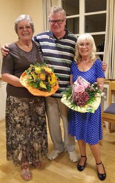 Vorstand Klaus Dill mit den beiden Jubilarinnen Hilde Winkler (l) und Hanne Arnold (r.)
