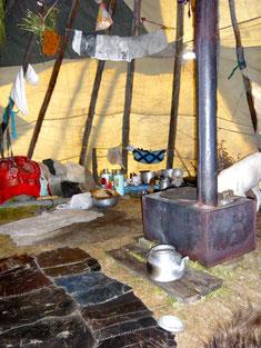 Sous un tipi Tsaatan en Mongolie