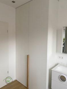 Waschmaschinen-Einbauschrank in weiß mit Eichen-Griffleiste, weißer Schrank nach Maß für Waschturm, Schrank für Waschmaschine u. Trockner, Waschmaschinen-Einbauschrank im Badezimmer, Raumhoher Waschmaschinenschrank