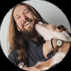 Hundehaftpflicht günstig online abschließen Hund leckt Mann Gesicht