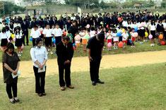 サイレンや汽笛の中、震災犠牲者に黙とうを捧げる古澤さん(前列左から2人目)ら=新栄公園