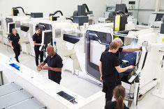 La consultante industrielle développe l'usine du futur.