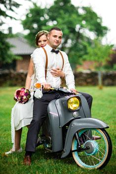 Brautpaarshooting mit der Simson Schwalbe in Mecklenburg - Körchow - Hochzeitsfoto FOTOFECHNER