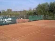 Unsere Tennisanlage in der Lutzbucht steht bereit für unsere Tennismitglieder und auch für Gäste.     Neben den derzeit 2 Plätzen gibt's die gemütliche Tennishütte für die Erholungsphase nach einem heißen Match.
