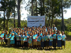 Group picture before planting trees
