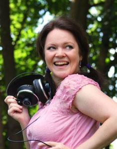 Bild von Dagmar Bittner mit Kopfhörern in der Hand