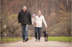 Familie mit Kind und Hund gemeinsam unterwegs