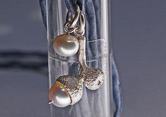 Schmuckanhänger aus Silber wie kleine Eichel Naturform mit Perlen